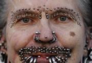 El hombre con más piercings del mundo